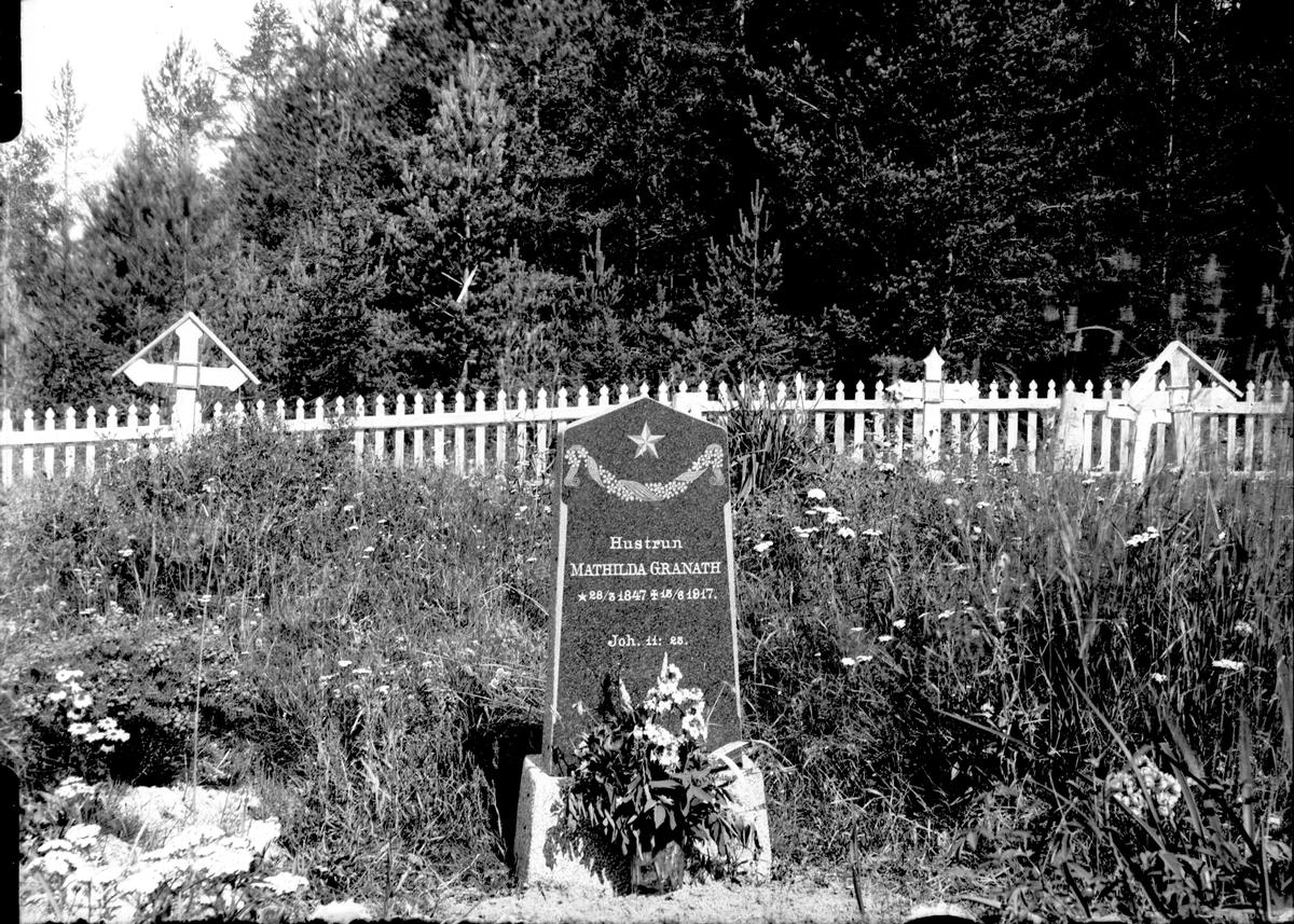 """Gravsten med text: """"Hustrun MATHILDA GRANATH * 28/3 1847 +15/6 1917 Joh. 11:25""""."""