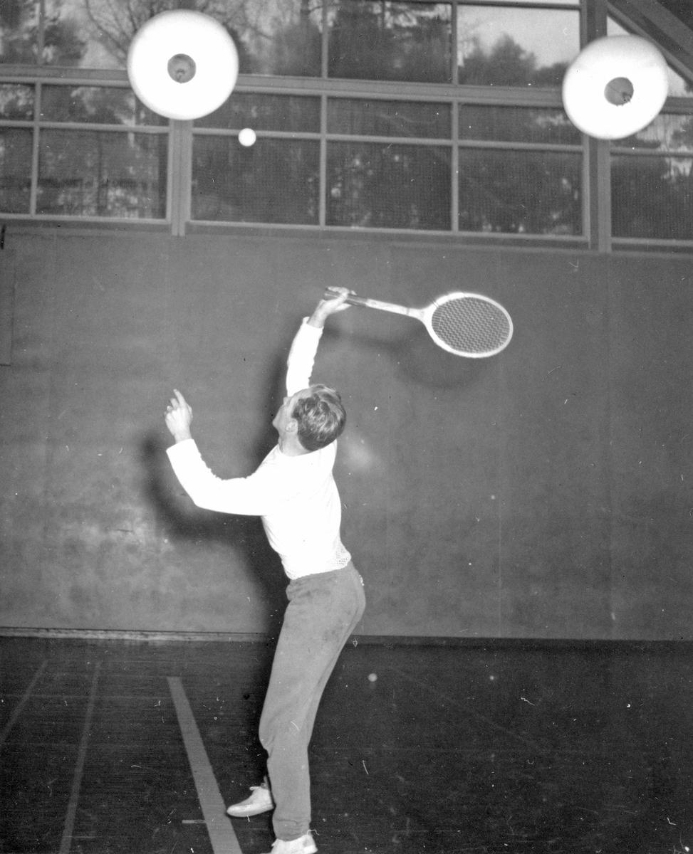 Tennisträning. Bilden ingår i ett fotoalbum.