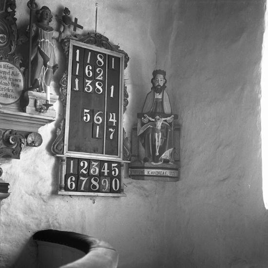Nöttja kyrka. 1949.  Föregående kyrkobyggnad var en stavkyrka vars trärester återfanns vid en restaurering av nuvarande kyrka. Trävirke från gamla kyrkan, förvarat på Smålands museum i Växjö, är daterat dendrokronologiskt till år 1146. Nuvarande stenkyrka uppfördes troligen på 1200-talet. Kyrkan består av långhus med smalare kor i öster. Norr om koret finns en vidbyggd sakristia som tillkom 1865. Kyrkorummets väggar har draperimålningar utförda 1767 av häradsmålaren Anders Hellgren. På 1800-talet övermålades draperimålningarna, men togs fram igen på 1900-talet.