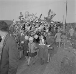Studenterna, första d. 1960. Studenterna tågar iväg nerför