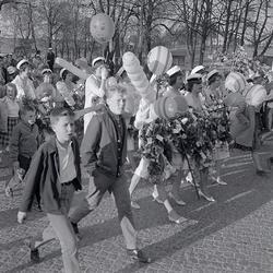 Studenterna, tredje d. 1960. Studenterna m.fl. marscherar ö