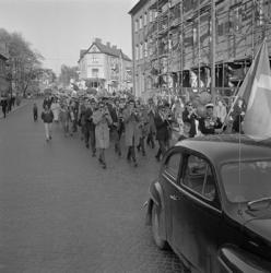 Studenterna, tredje d. 1960. Studenterna m.fl. marscherar l
