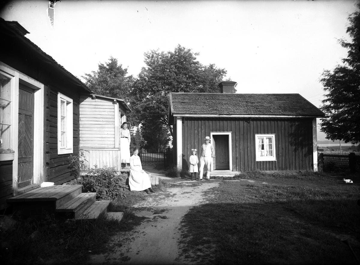Familjen Sjölin framför bostaden i Totra. (K Sjölin, N Sjölin gift Rydell, K Sjölin och L-E Sjölin.)