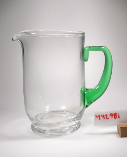 """Kanna med grön grep. Cylindrisk, driven mynning med snip. Klack. På lapp: """"732/1,5 Pint A-gr.grep"""" Funktion: Att servera vatten eller likn. ur"""