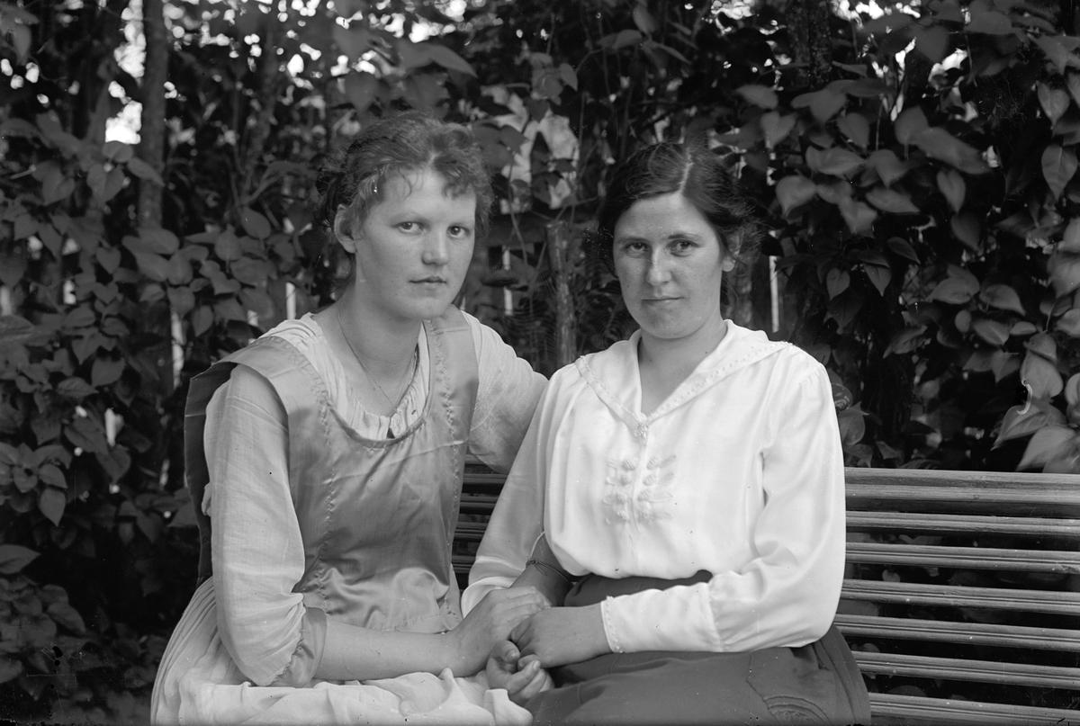 Hanna Sköld till höger