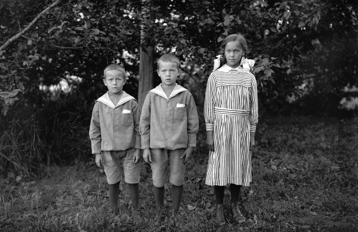 """Syskonen Karlsson från """"Karl_Pers"""", W.Hästbo. Från vänster Erik, son (vet ej namnet) och Sigrid"""