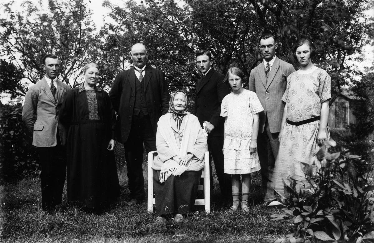 Familjefoto från Nils-Nils i Lenninge, troligen 1924. Stående från vänster: Lars, Kristin, Johan, Johan, Elin, Nils och Stina. Sittande: Stina Nilsson, född Holmberg, 1836.