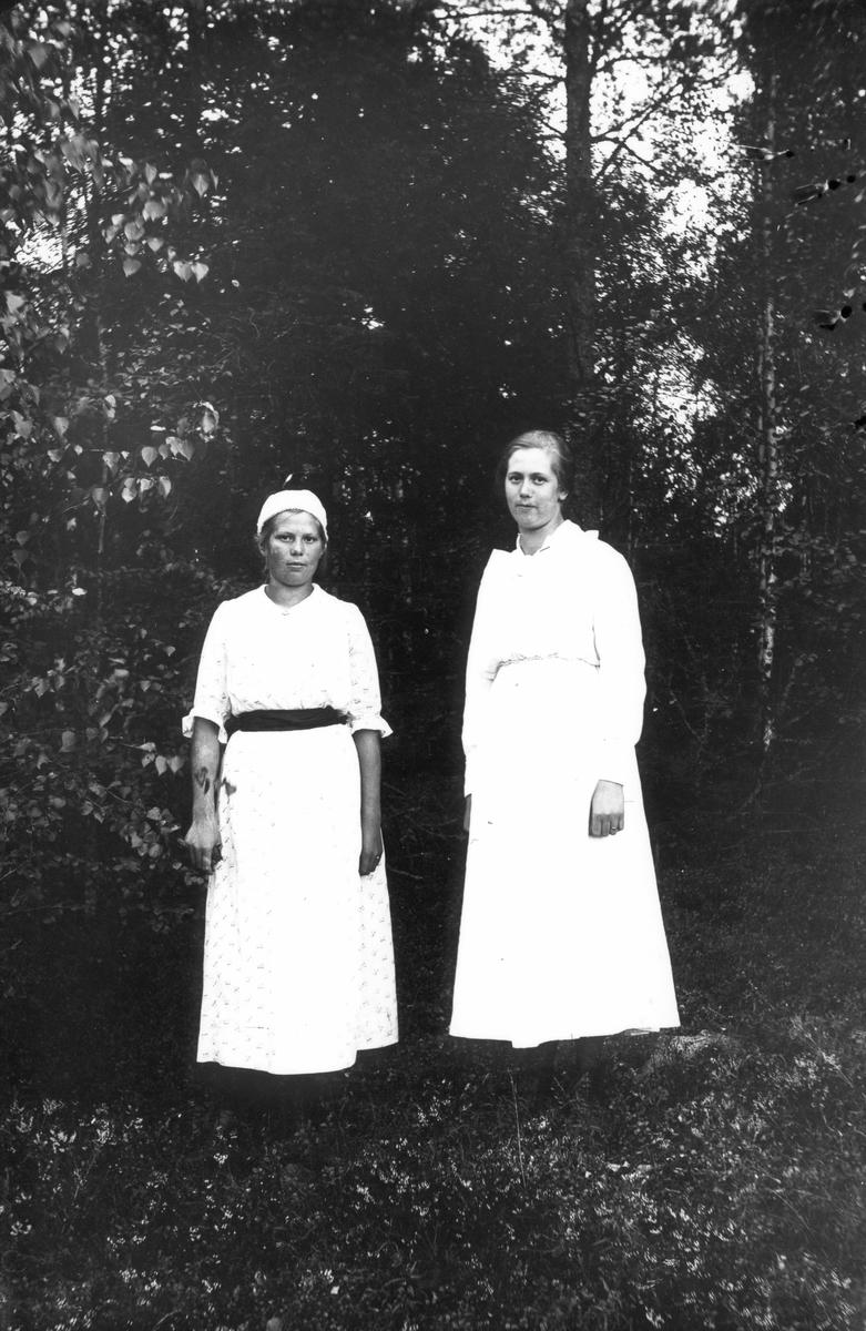 Trädgårdsmästare Erikssons döttrar Lisa och Anna.