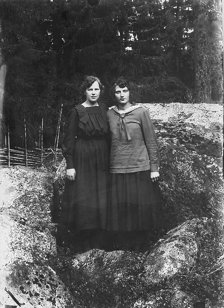 Två okända kvinnor.