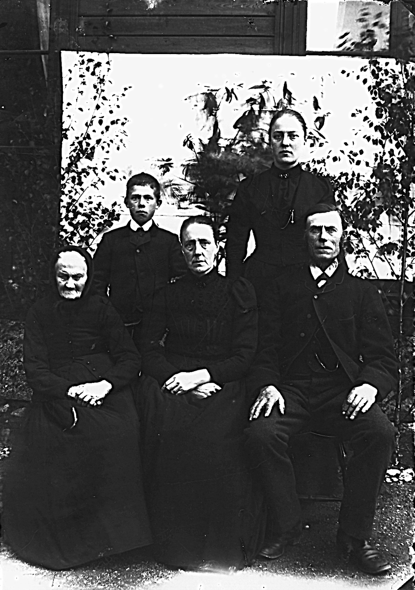 """""""Nylands"""" i Hå. Sittande från vänster: Anna Svensdotter, född 1803 i """"Enars"""" i Herte, död 1899 i """"Nylands"""" i Hå (farmor till Anna och Jonas), bondmora. Sittande i mitten: Karin Persdotter, född 1846 i """"Knubbens"""", Herte (mor till Anna och Jonas). Sittande till höger: Jon Jonsson, född 1836 i """"Nylands"""" i Hå, död 1914, bonde i """"Nylands"""", (far till Jonas och Anna). Stående till vänster: Jonas Jonsson, född 1881 i """"Nylands"""" i Hå, död 1965. Stående till höger: Anna, född 1876 i """"Nylands"""" i Hå."""