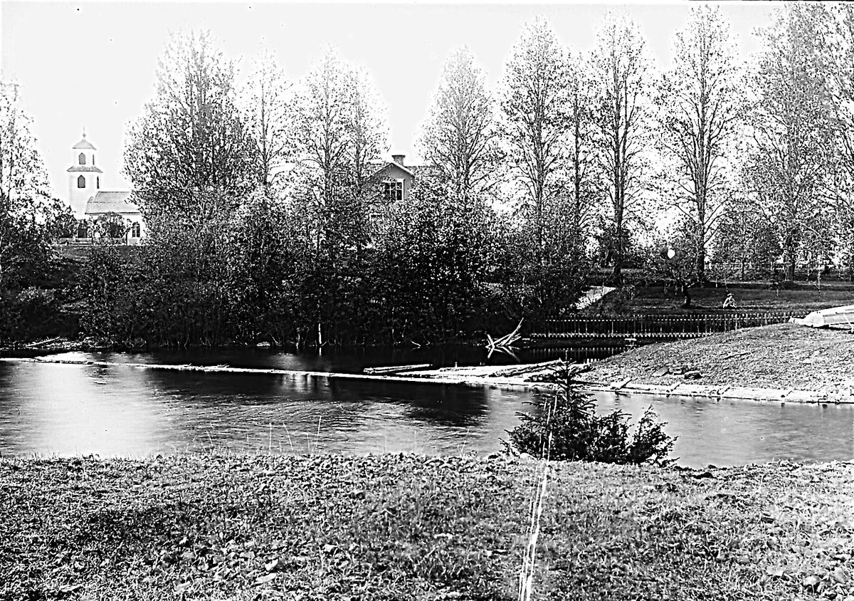 Villa till höger, kapellet till vänster. Foto taget från dammen i Hällbo.