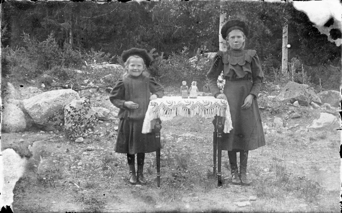 """Ester och Elvira Lindberg (""""Berget""""), Östansjö."""