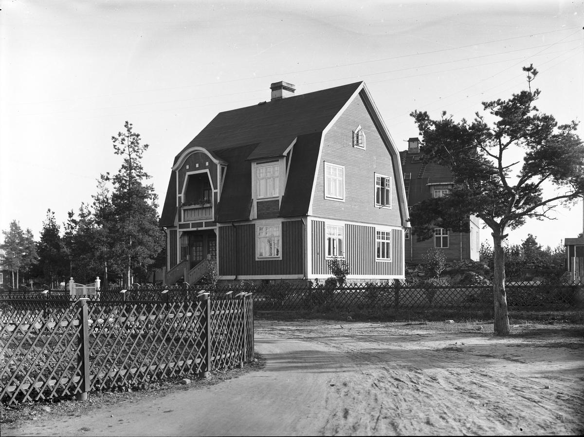 """Södra Villastaden, även """"Lilla Tierp"""" eller järnvägsvillorna, mellan Södra Kopparslagargatan och Muréngatan. Kvarteren har namn efter riksregalerna: Kronan, Spiran, Äpplet, Svärdet, Nyckeln och Manteln. Bilden tagen mellan 1916 - 1920. De började byggas 1915. 1921 var ett 20-tal villor, för två familjer vardera, inflyttningsklara. Senare tillkom någon enfamiljsvilla och några hus för fyra familjer. Till området flyttade anställda vid Uppsala-Gävle järnväg, flera från Tierp Där bildades en av Gävles första egnahemsföreningar."""