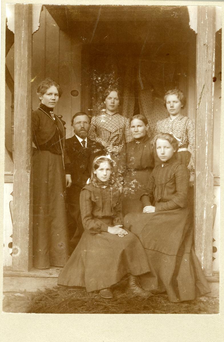 Kristoffer Prestebrøtin Olsen saman med kona Marit og deira døtre.