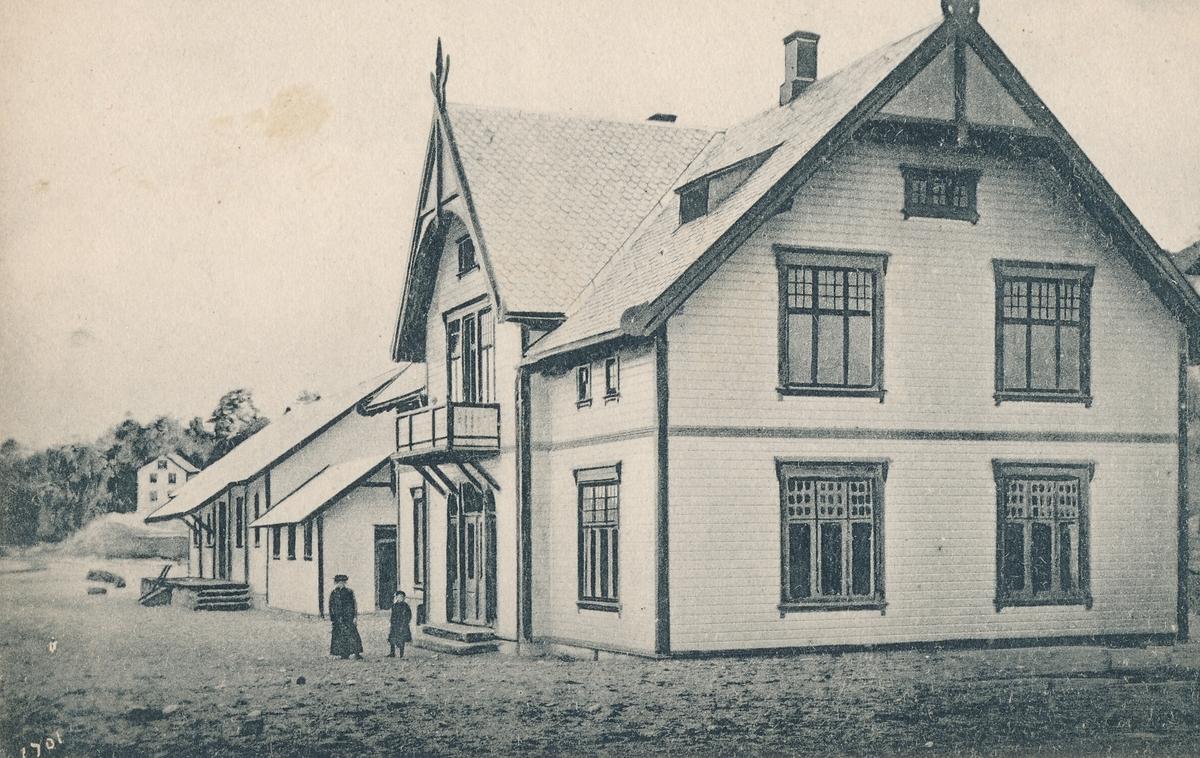 Grimstad jernbanestasjon.   Se: http://digitaltmuseum.no/011013106245?query=Grimstad%20stasjon&pos=16