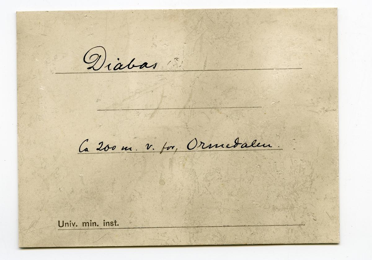 Fire prøver  To etiketter i eske:  Etikett 1:  Diabas (?) ca 200 m v.f Ormedalen  Etikett 2: Diabas (?) Ca 200 m. v.f. Ormedalen