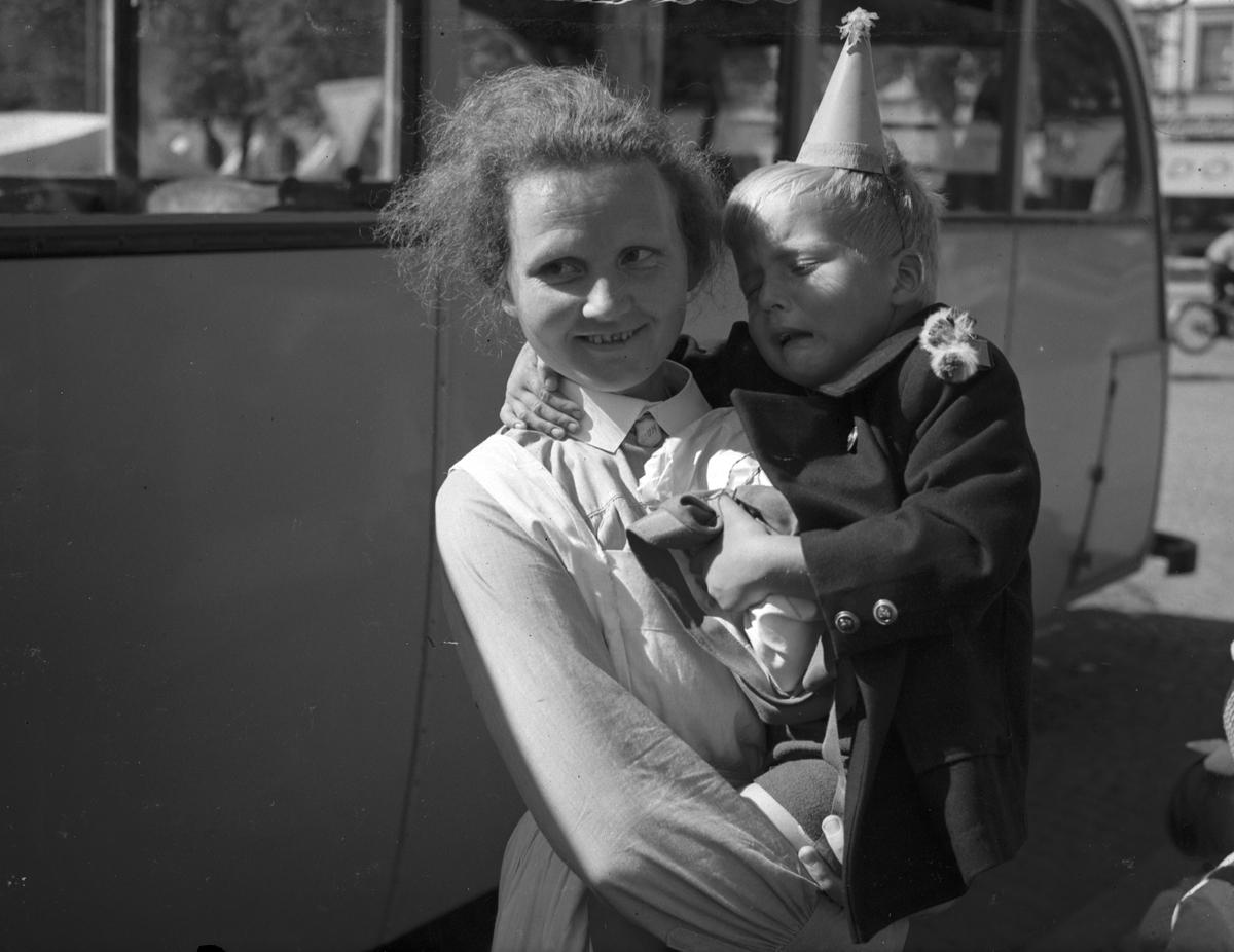 Barnen kommer hem från kolonin i Rörberg. 16 augusti 1947. Reportage för Norrlands-Posten