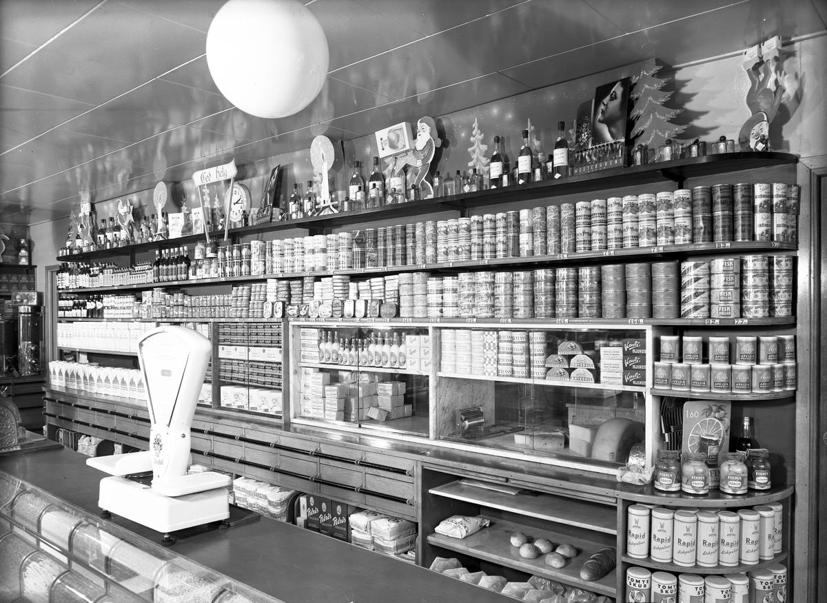 Interiör från Holmströms Speceriaffär, Brynäsgatan 26, Gävle. 9 januari 1946. Fotograferat för ICA.