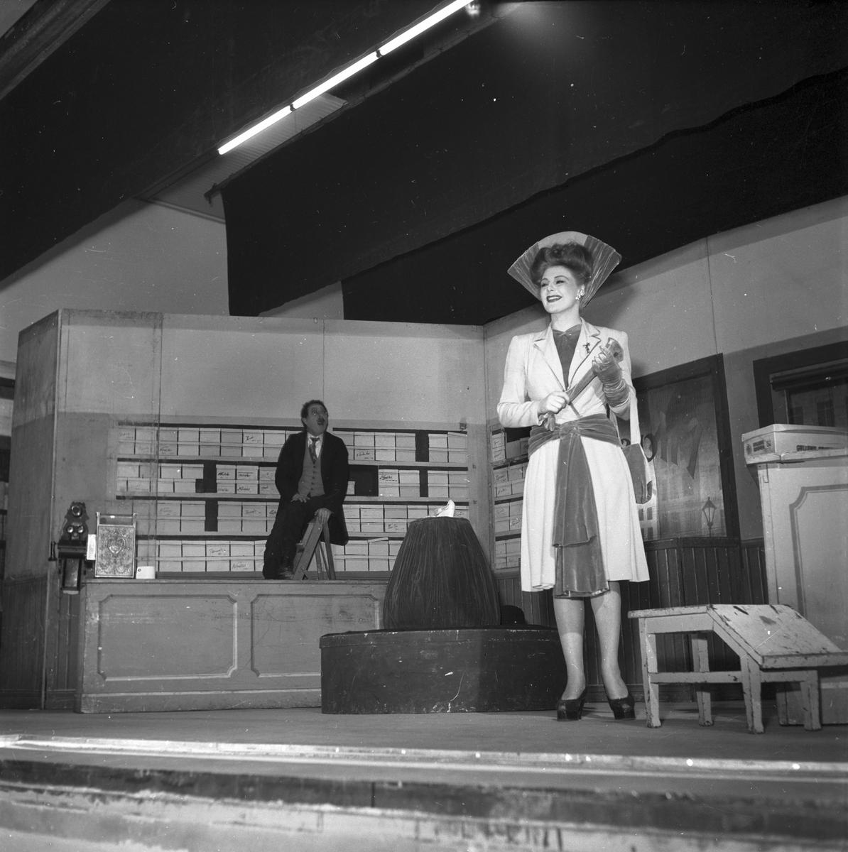 """Operett """" Min syster och jag"""" första föreställningen på Folkets Hus. 26 april 1947. Skådespelerskan Maj-Lis Lüning. Reportage för Arbetarbladet."""
