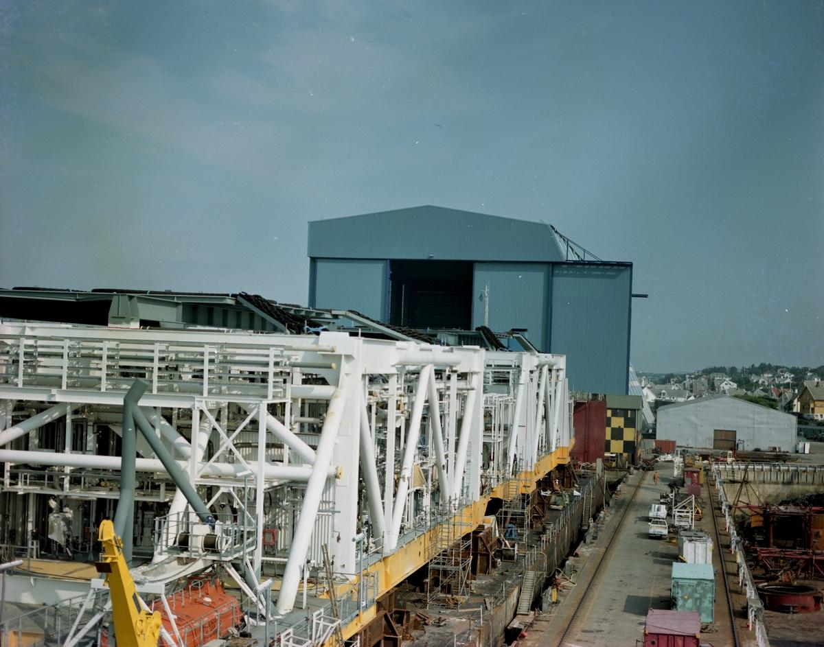 """HMV. Modul under transport ombord på """"Giant 2"""".  Nordsjøhallen i bakgrunnen."""