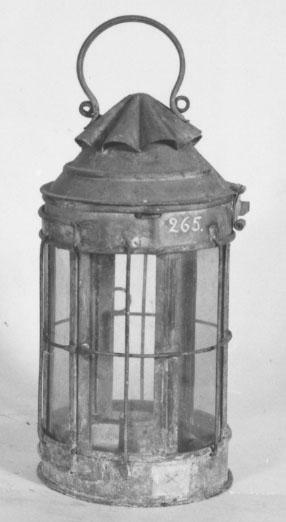 Engelsk fallrepslanterna av bleckplåt. Omålad, cylindrisk. Tillkom år 1858.