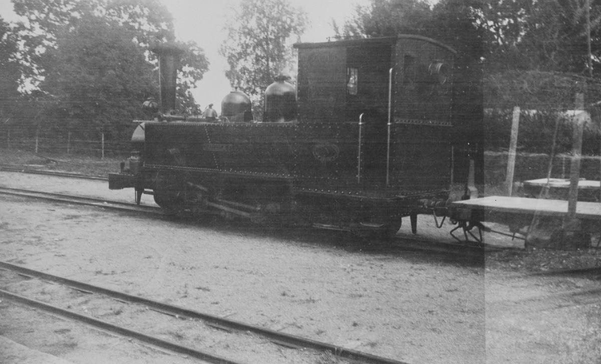 Damplokomotiv nr. 4 K.M. NELSSON (bygget Motala 1914) på Nättraby–Alnaryd–Elmeboda Järnväg i Sverige. Banen hadde sporvidde 600 mm. Lokomotivet er bevart på Ôstra-Södermanlands Järnväg.