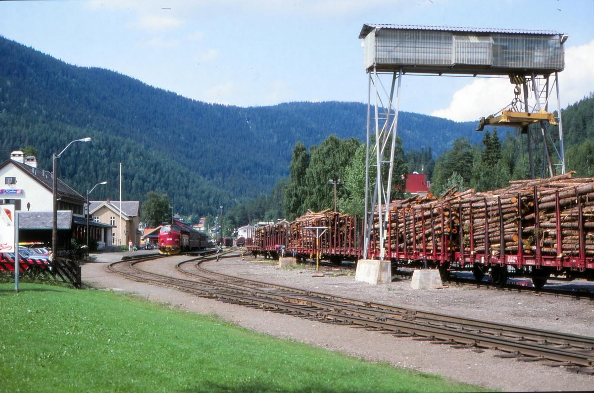 Fagernes stasjon med tog til Oslo S, og med lastede tømmervogner.