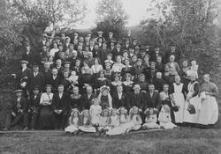 Gruppeportrett av brudepar og gjester, Kvernengan, Røros