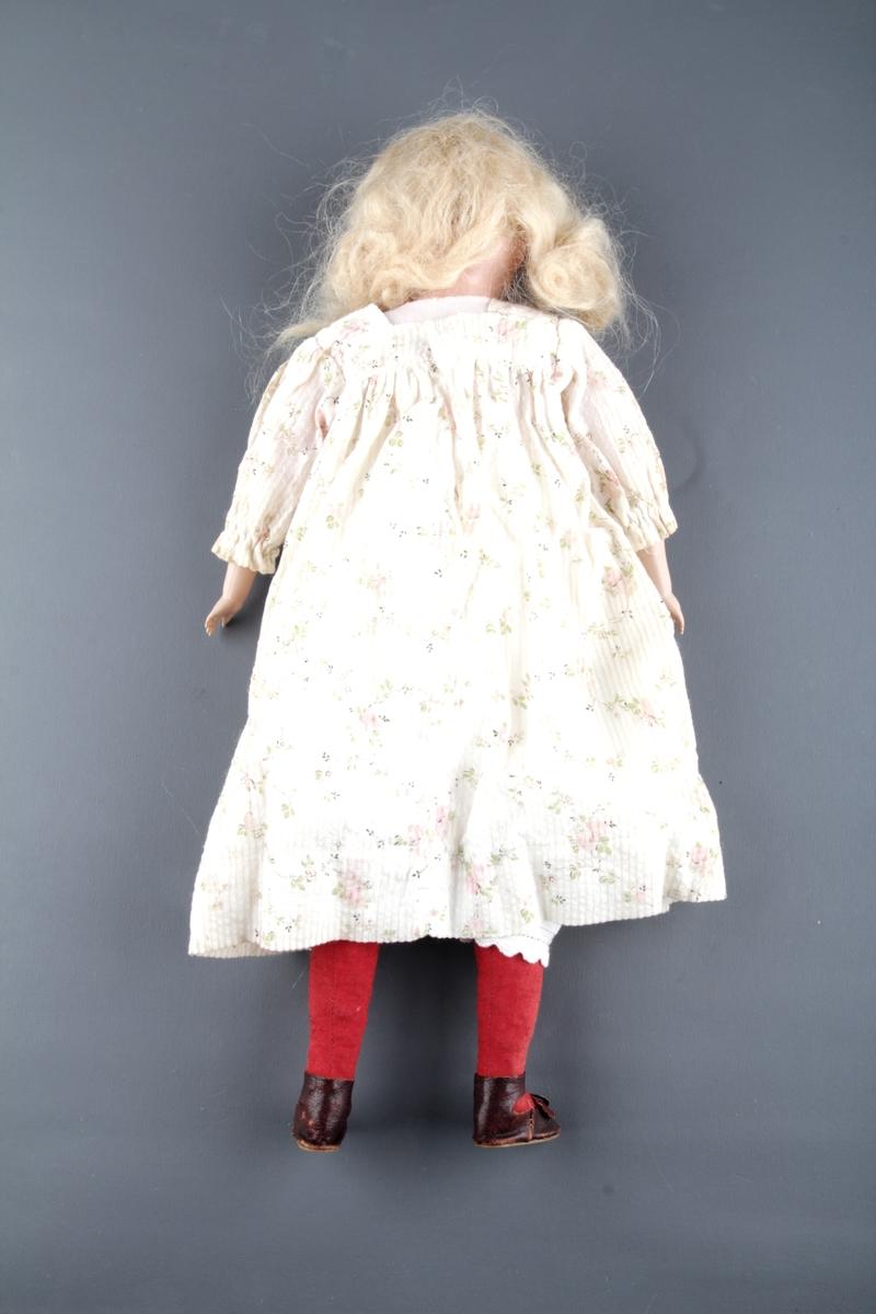 Dukke med klær og sko.