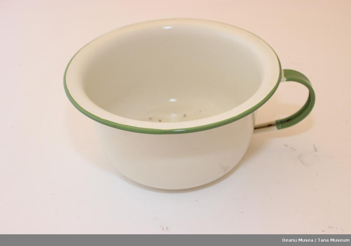 Potte i metall med hvit emalje og grønn  malt øvrekantlinje og grønt håndtak.