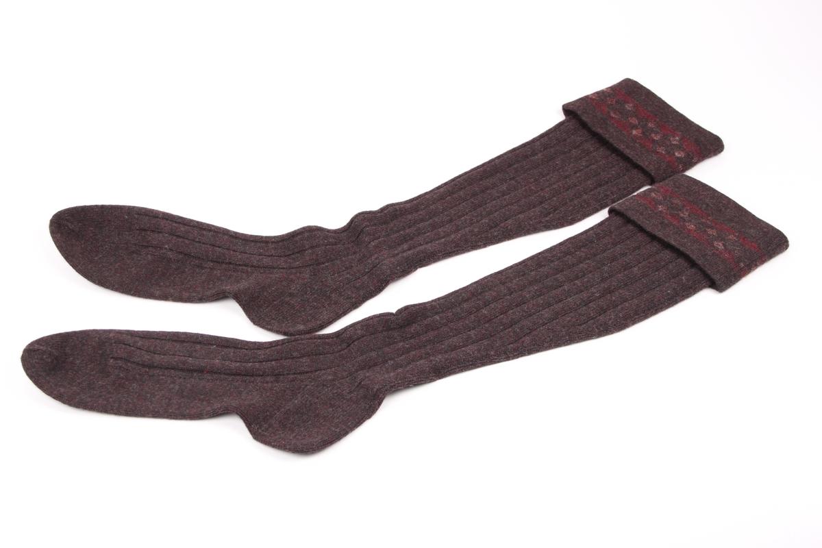 Et par sports-strømper i en mørk burgunder-farge, med en 9 cm glattstrikket nedbrettskant med mønster.