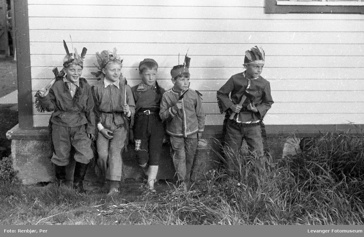 Levanger, Sanitetens' Opptog,barn utkledde som indianerer.