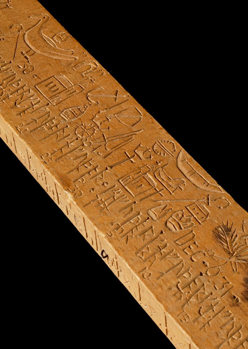 Kalenderstav i form av svärdsformad, runkalender av bokträ. Rektangulärt genomsnitt med svarvad kavel. Försedd med mässingsbeslag nedtill. Kalender på båda bredsidorna. På ena smalsidan utom runtecken med latinska bokstäver AVR NUMERUS L:H DOMINICALES LITT. RUN VULGAR, på den andra sidan NUM 1 2 5 6 - - 1000 LUDUS  S PETRI NICOL MELANDER P. PR IN BIÖRKÖ A:o AET. SUAE 80 SCULPSIT 1795. Snidaren har fritt försökt avbilda de olika helgdagstecknen i enlighet med tryckta runstavshandledningar.