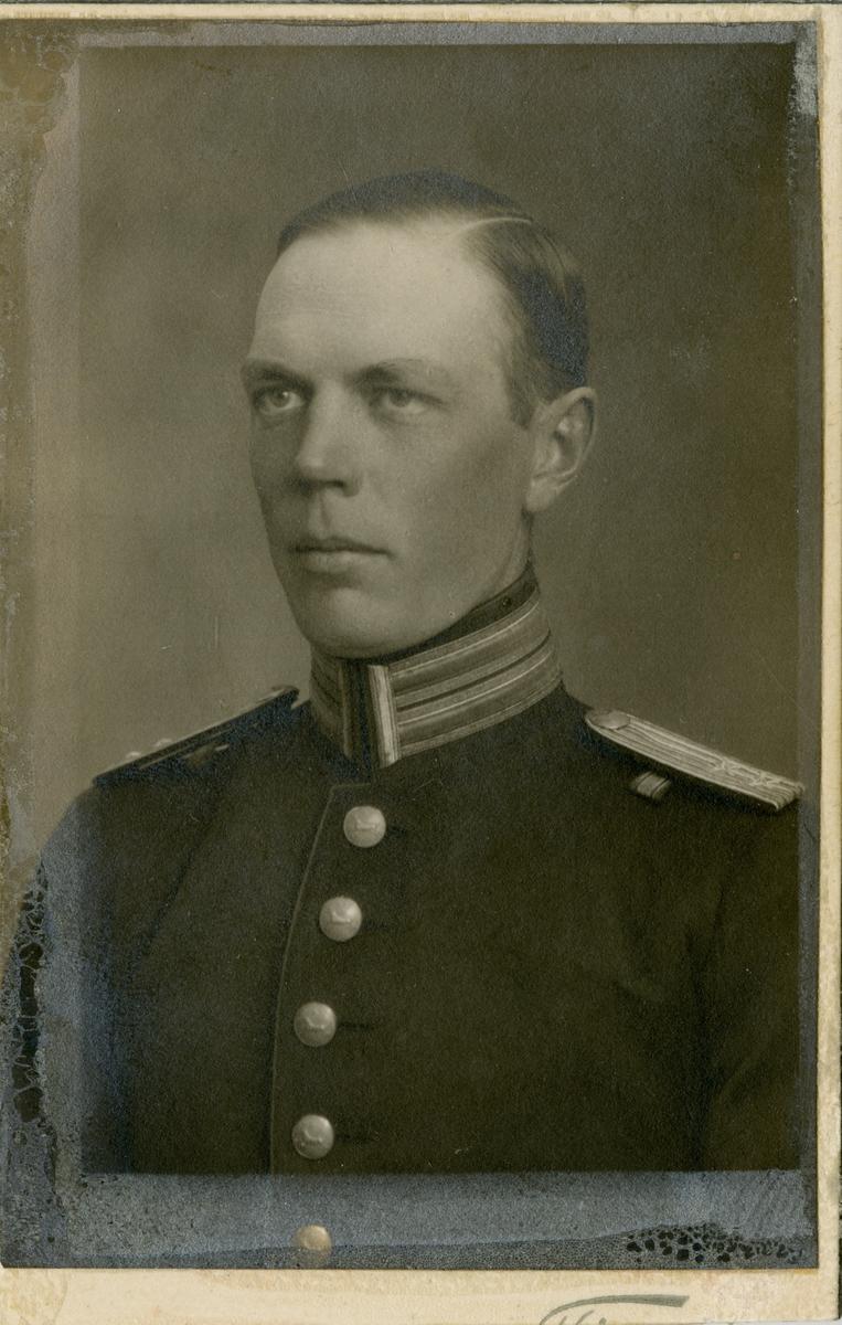 Porträtt av Sten Fredrik Bernhard Söderhjelm, underlöjtnant vid Hälsinge regemente I 14.