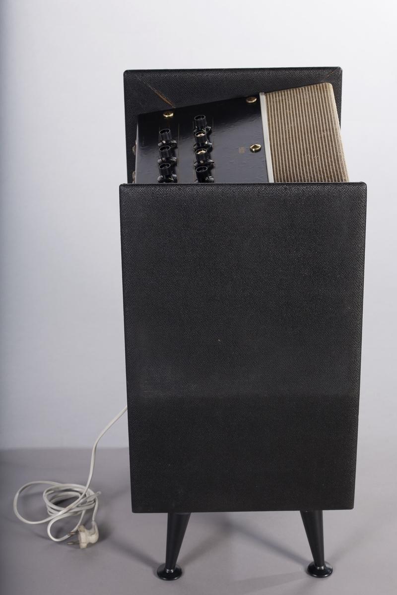 Transistorforsterker med integrert romklang- og vibratoeffekt. En tolvtommers høyttaler og to diskanthøyttalere. Ekstra høyttaleruttak. To innganger. Utgangseffekt på 20 watt.