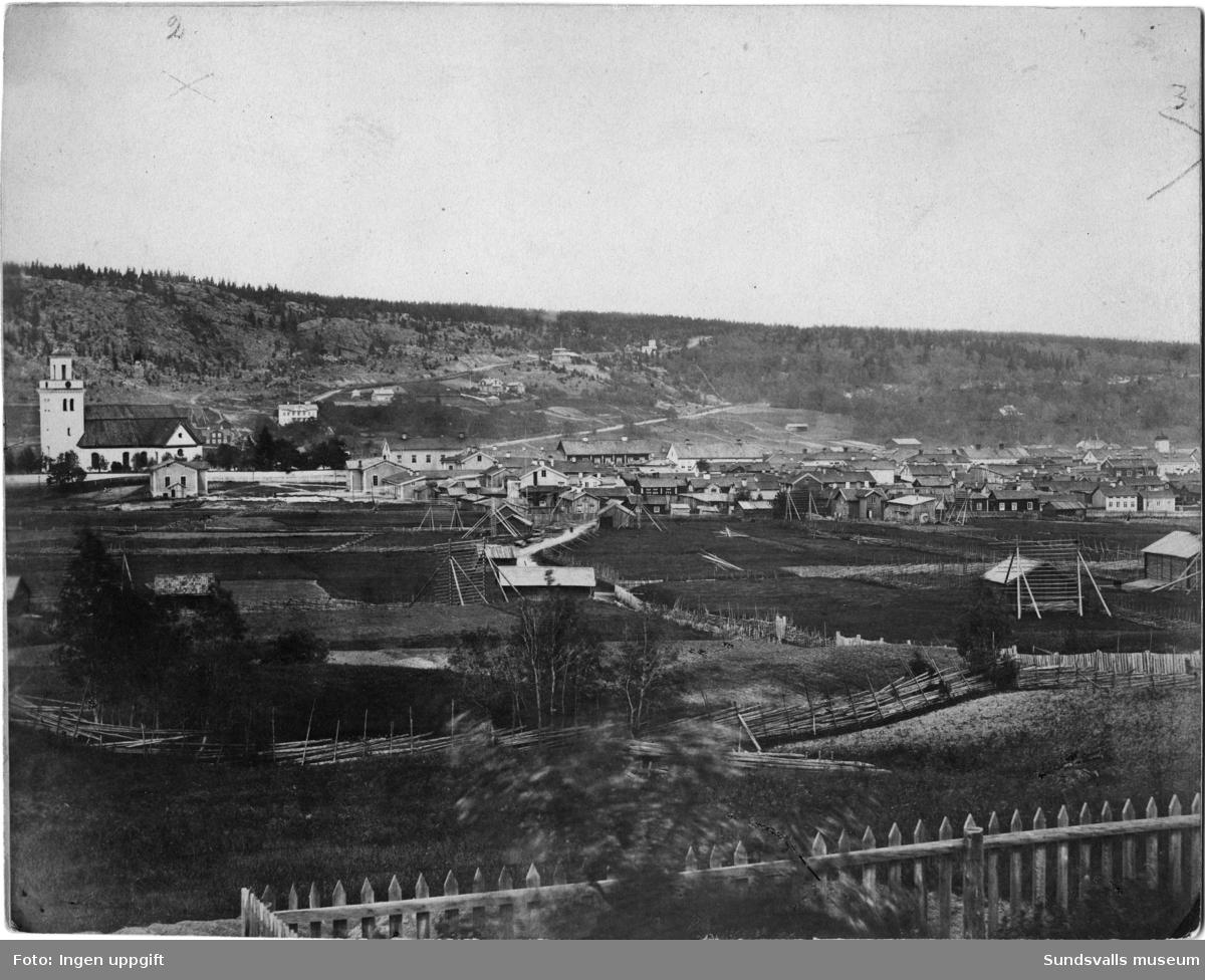 Två bilder med panorama över Sundsvall söderifrån mot Norra stadsberget. Taget före stadsbranden 1888.