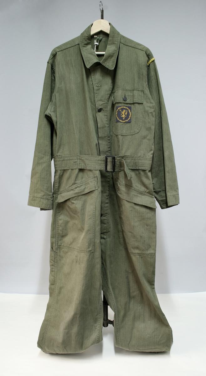 1af5d7c2 Militærgrønn kjeledress/overall med politimerking på brystet. Knappene  tyder på at dressen er produsert
