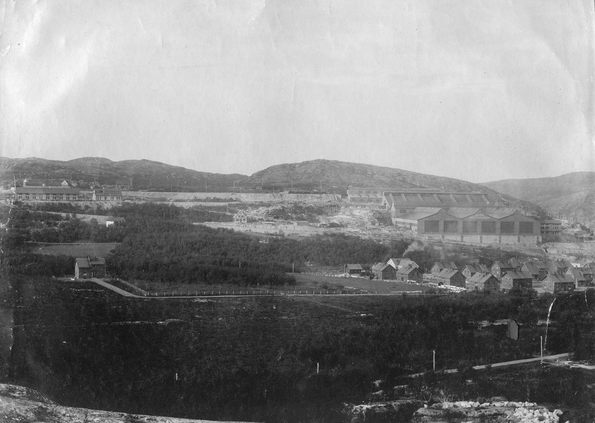 Panoramabilde over Kirkenes, 1912. AS Sydvaranger kan sees i høyre billdekant.