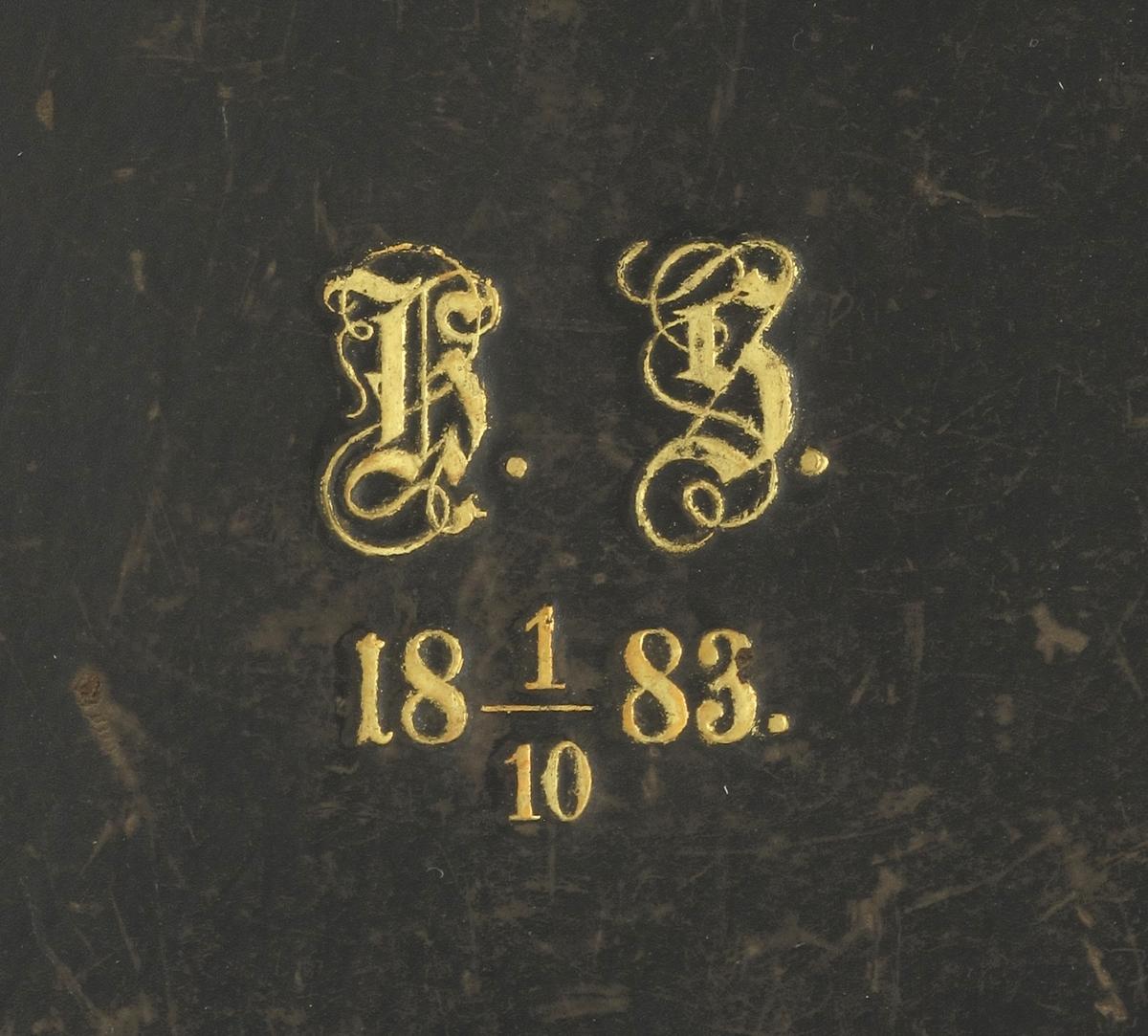 Etui av tre, oversiden trukket med sort skinn, sidene og bunnen med sort papir.  På lokket stemplet: H.S., l/l0 1883. Innvendig trukket med burgunder satin i lokket, stemplet: C. G. Hallberg. Juvelerare. Stockholm. 22  Fredsgatan 22.  I bunnen trukket med burgunder fløyel, plass for oval medaljong i midten, halsbånd rundt. Smykkene mangler.