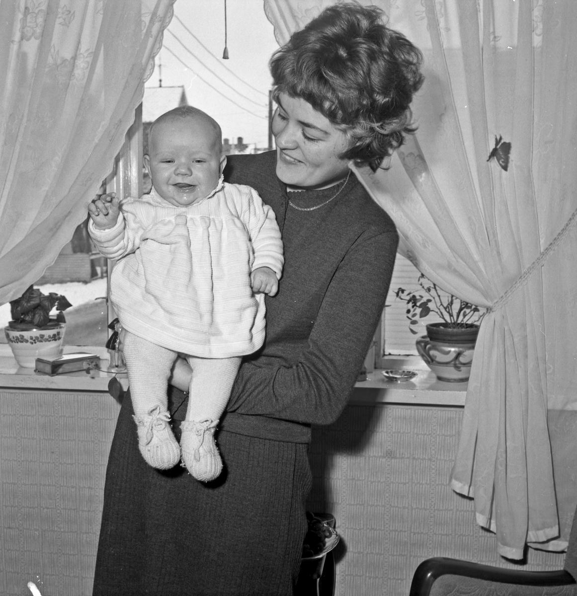 Portrett - ung kvinne med spebarn - bestiller Liv Bjørdal