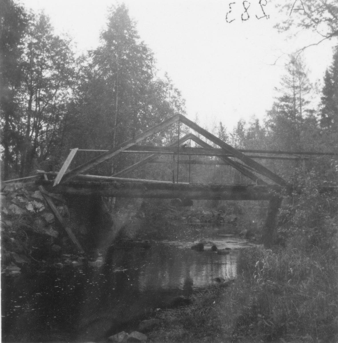 Bro över Damån, nära Skarvsjöns nord-östra hörn.