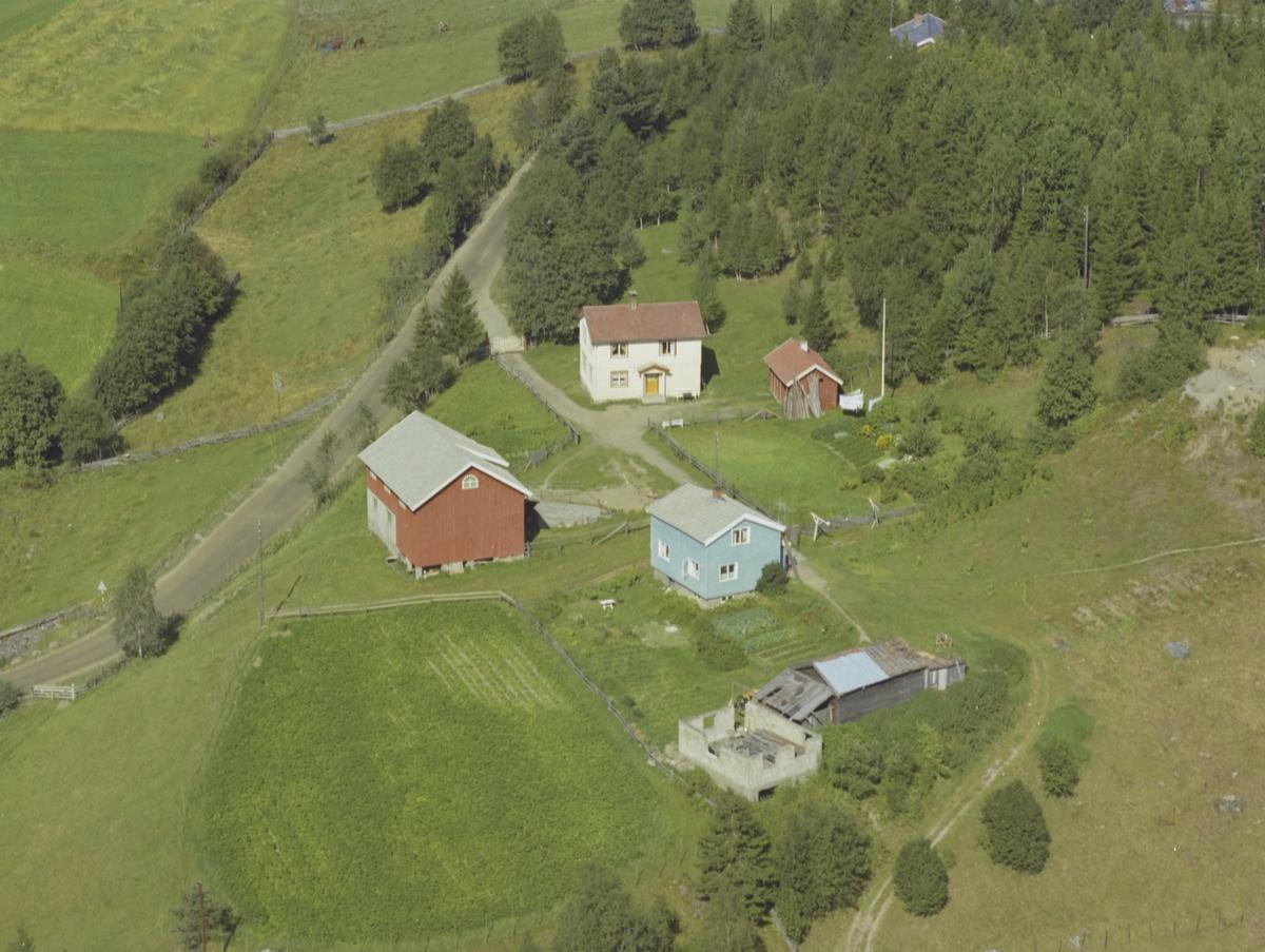 Brubakken, gårdsbruk, lyse blått hus, påbegynt uthus, Forset, Vestre Gausdal
