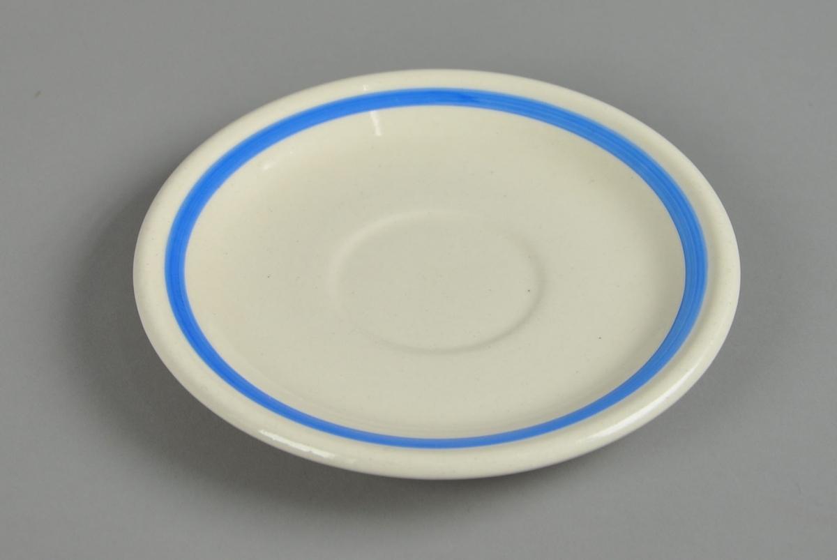 Hvit asjett av glassert keramikk. Asjetten har en blåmalt stripe innenfor kanten. Asjetten har et lite hakk ved kanten.