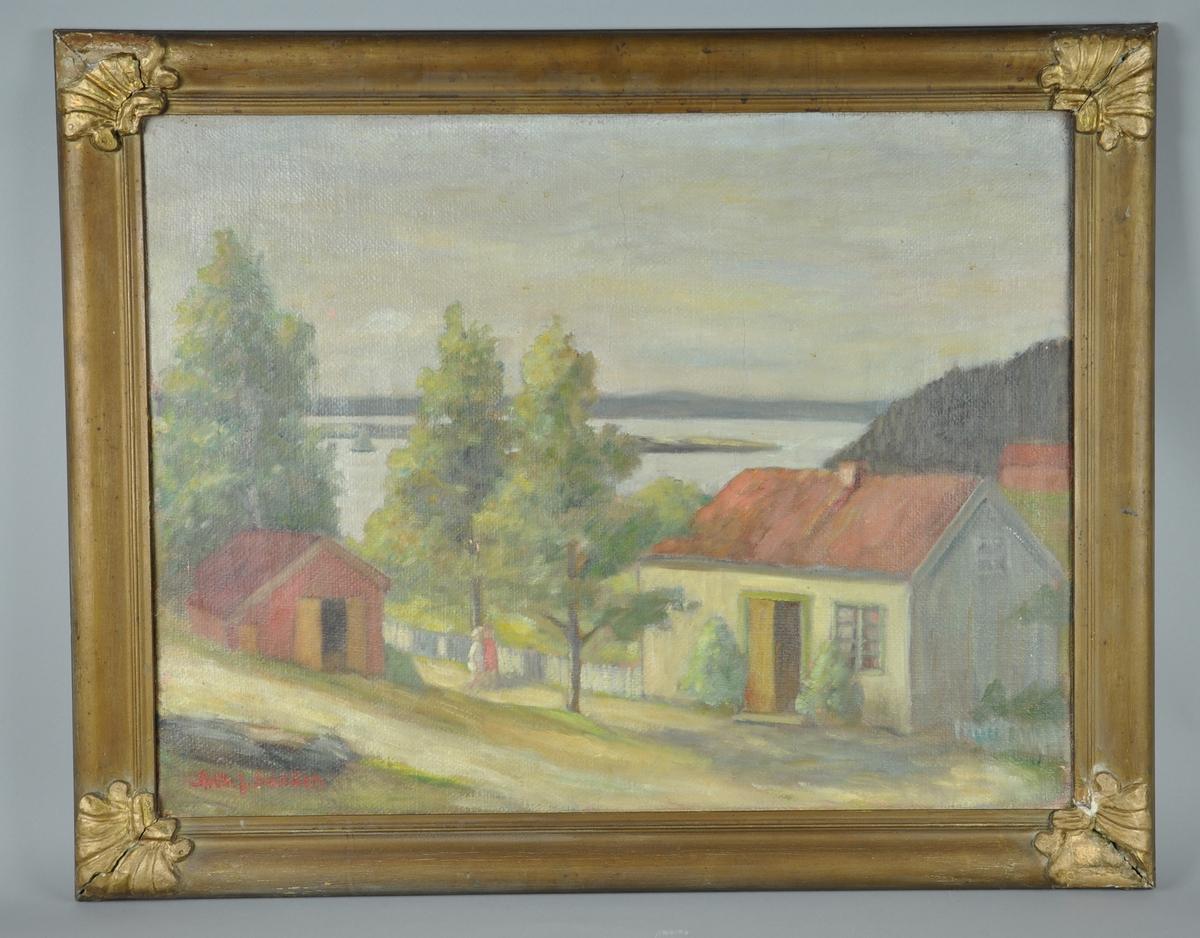 Maleri med gulmalt gipsramme. Motivet er en stuebygning med rødt tak til høyre og et rødt uthus til venstre. To barn ved et tre mellom husene. Bakgrunnen er skog og vann.