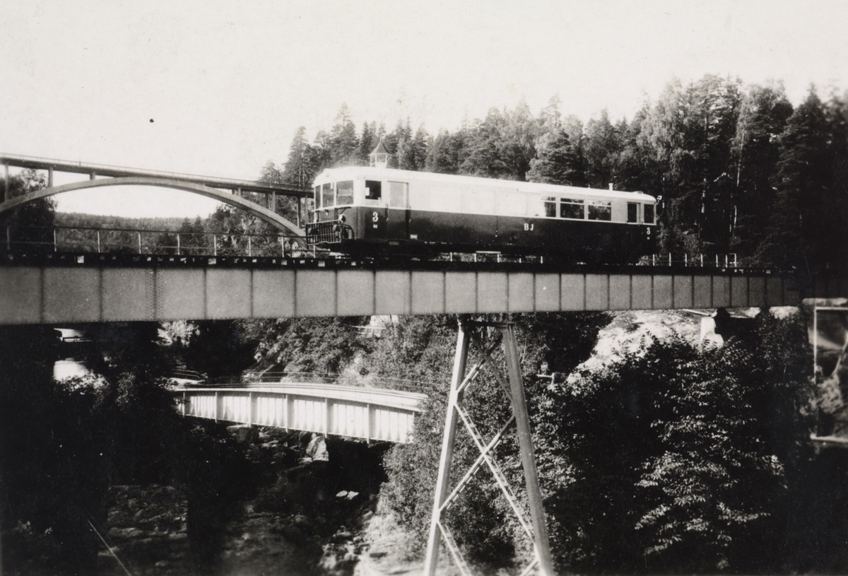 Motorvogn tilhørende BJ - Bergslagernas Järnvägssällskap ved Håverud i Sverige. Under sees akvedukten i Håverud.
