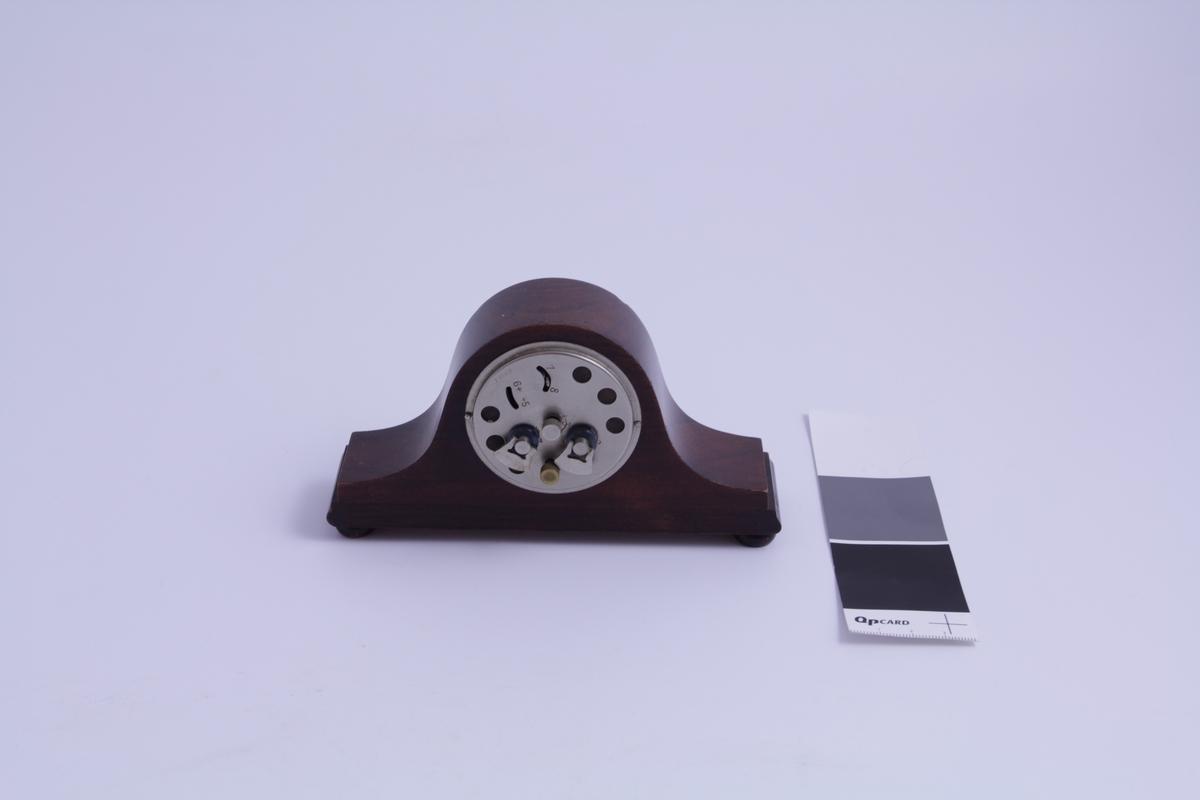 dekor: Klokke: Stråler siselert på urskive