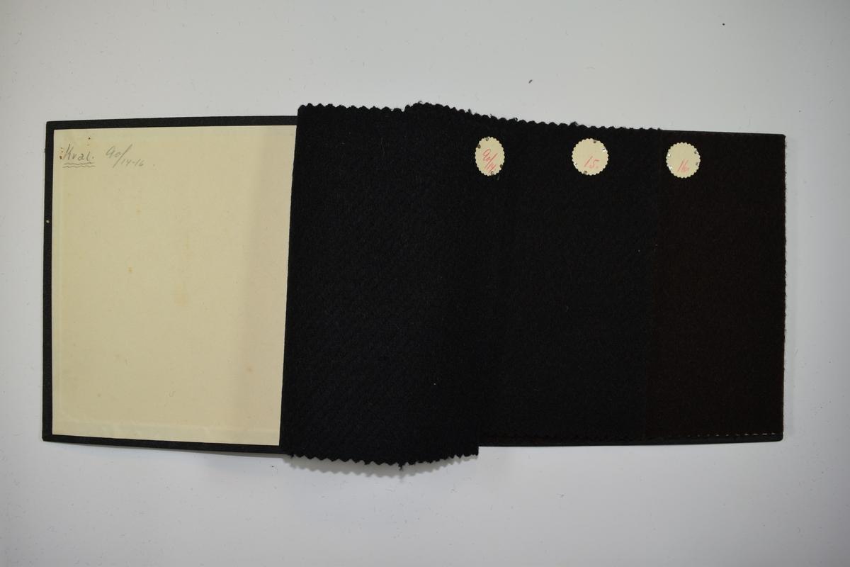 Prøvebok med 3 stoffprøver, opprinnelig 4 prøver. Tykke ensfargede stoff, noen med skrå stiper i sort eller brunt. Stoffene ligger brettet dobbelt slik at vranga dekkes. Stoffene er merket med en rund papirlapp, festet til stoffet med metallstift, hvor nummer er påført for hånd. Innskriften på innsiden av forsideomslaget indikerer at alle stoffene i boken har kvalitetsnummer 90.   Stoff nr.: 90/14, 90/15, 90/16, 90/17? - den siste prøven er klippet ut og er ikke merket, men nummeret kan antas ut ifra de foregående prøvene. Innskriften på innsiden av forsideomslaget gir heller ikke informasjon om den siste utklippede prøven og kanskje kom den med ved et feilgrep.