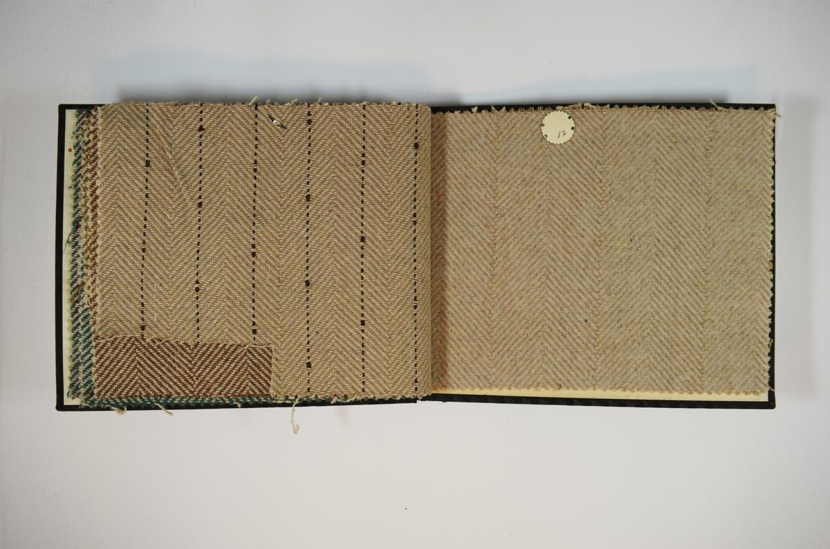 Prøvebok med 6 stoffprøver. Middels tykke stoff med fiskebensmønster, varierende farger i kombinasjon med hvitt. Alle stoffene er merket med en rund papirlapp, festet til stoffet med metallstift, hvor nummer er påført for hånd. Innskriften på innsiden av forsideomslaget indikerer at all stoffene har kvalitetsnummer 161.   Stoff nr.: 161/7, 161/8, 161/9, 161/10, 161/11, 161/12.