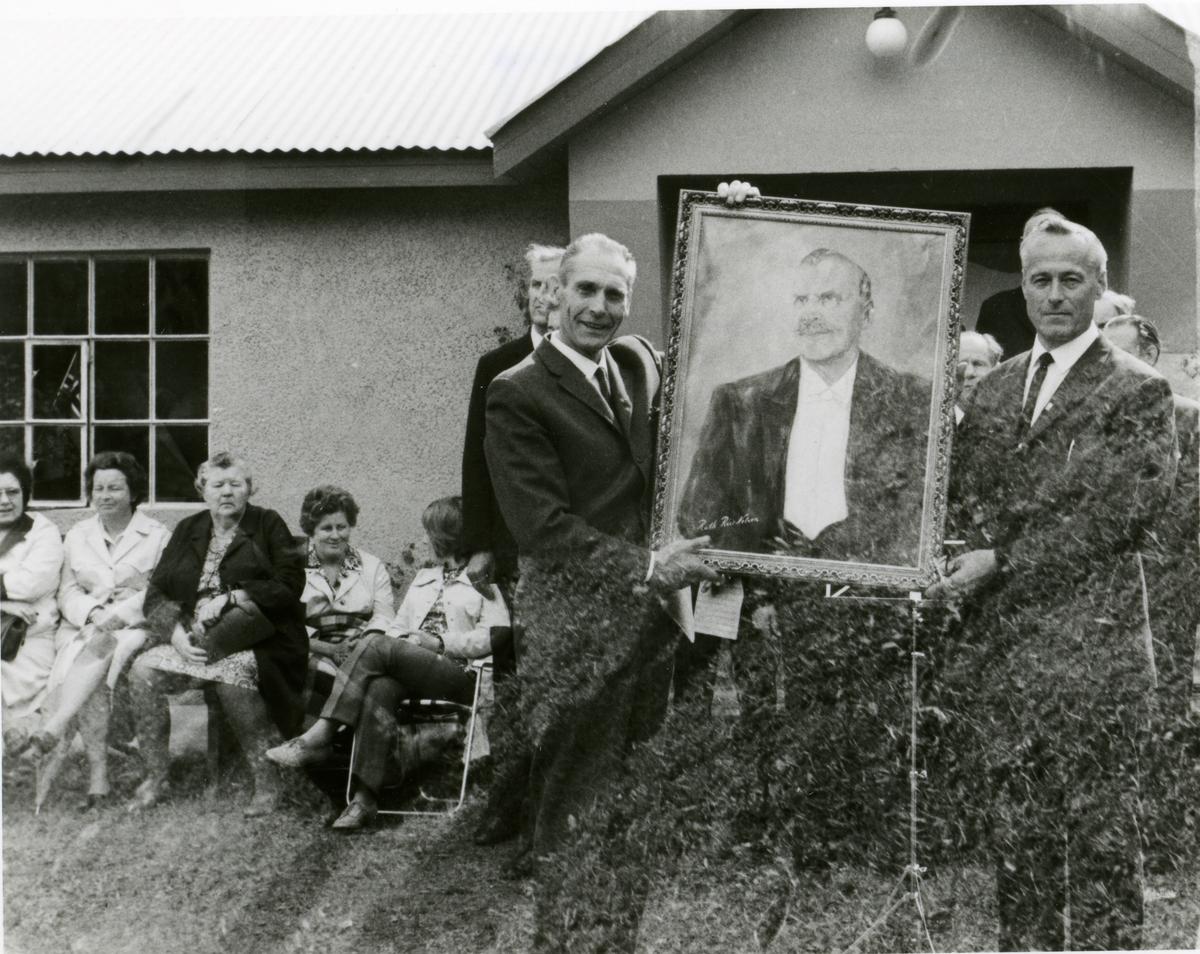 Stemne ved Bagn Bygdesamling pinsa 1971. Islandsmoen mannskor overleverer maleri av Sigurd Islandsmoen.