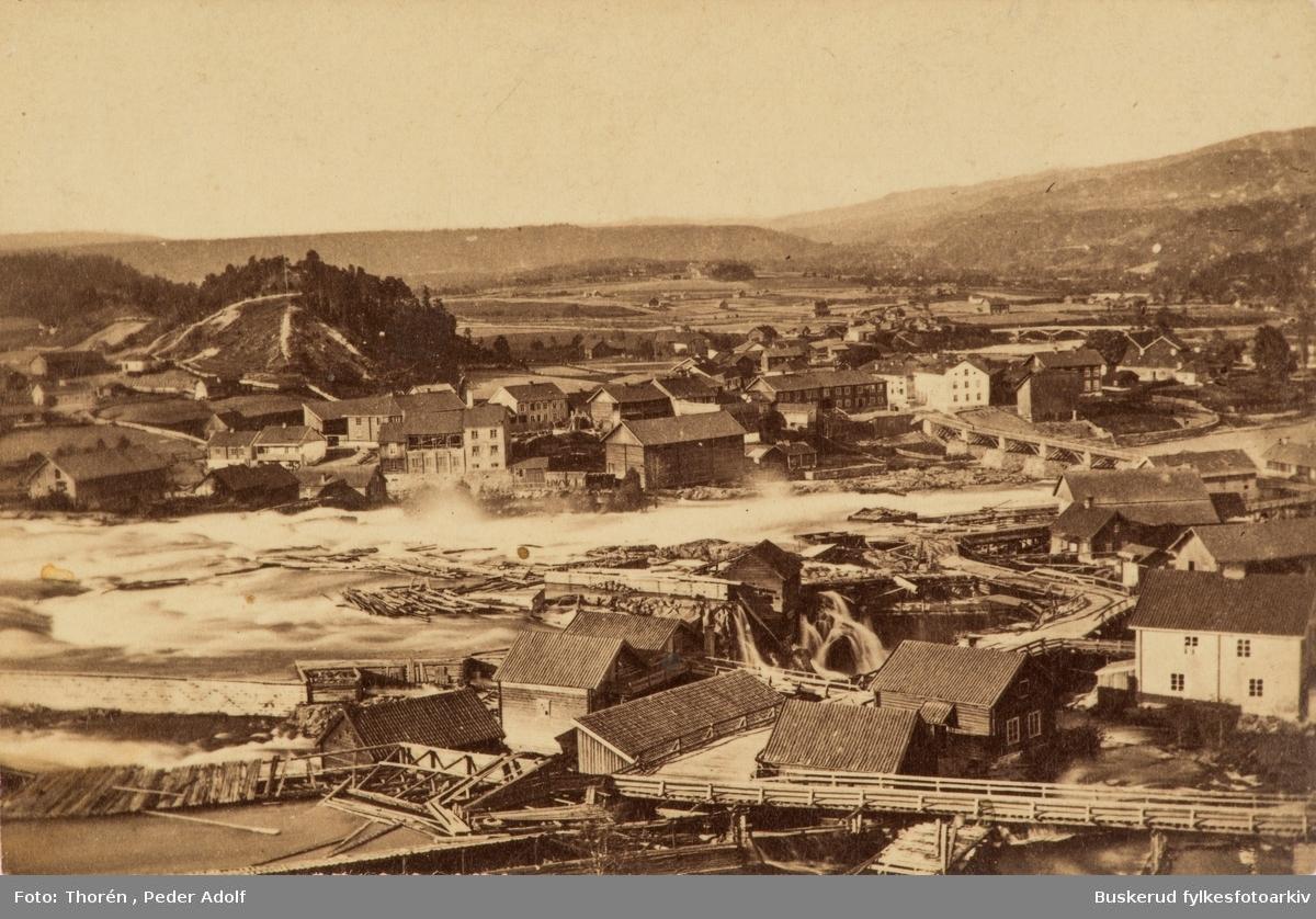 Hønefossen I forgrunnen Øyaområdet med sine arbeiderboliger og verksteder I bakgrunnen Hammerbrugaten og resten av Nordsia. Mye av bebyggelsen brant ned i 1878